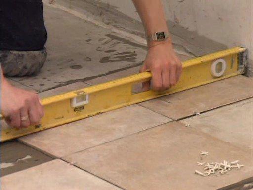 Как выровнять плитку своими руками