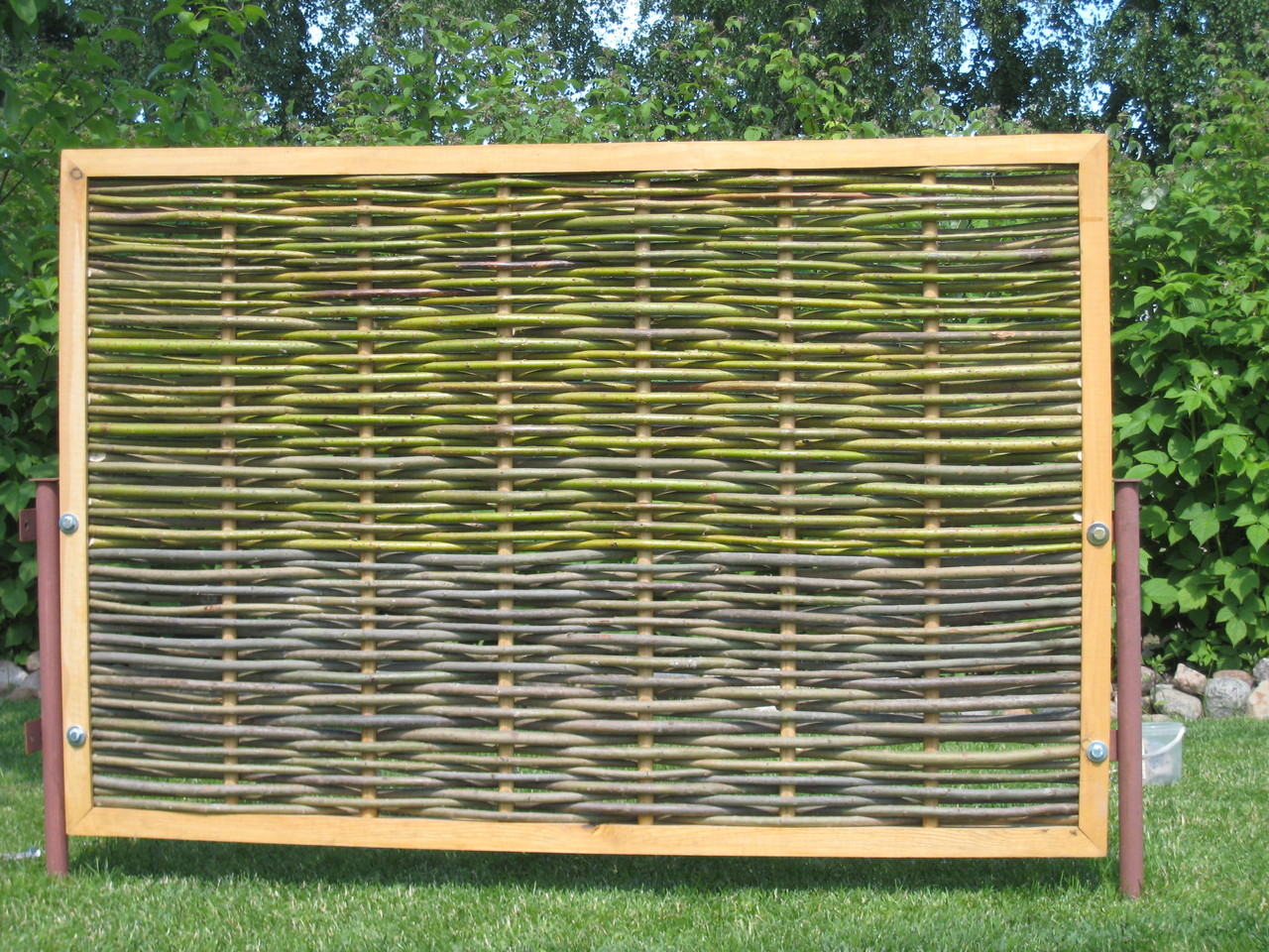 Как построить плетёный забор