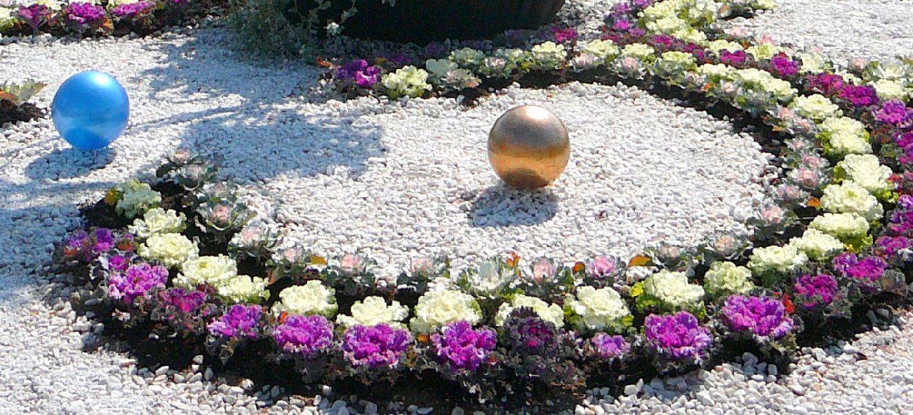 Клумба с мелкими камнями своими руками