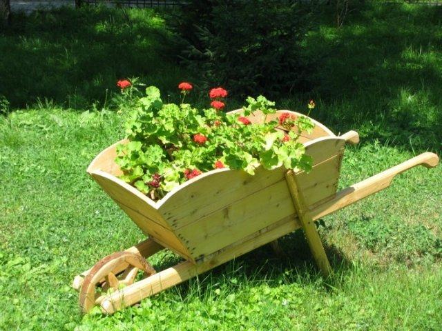 Фото как сделать декоративную тележку для сада