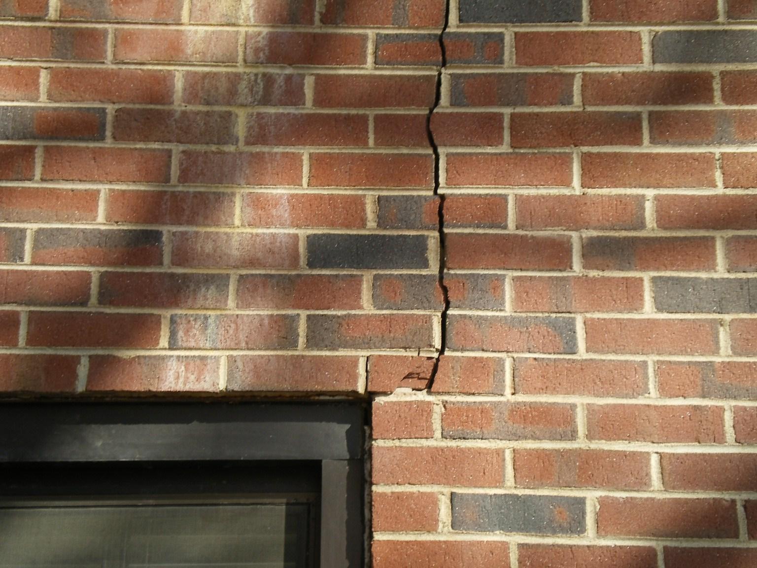 трещины на фасаде кирпичного дома причины
