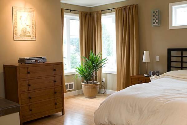 Дизайн спальни угловой с двумя окнами фото 14 метров