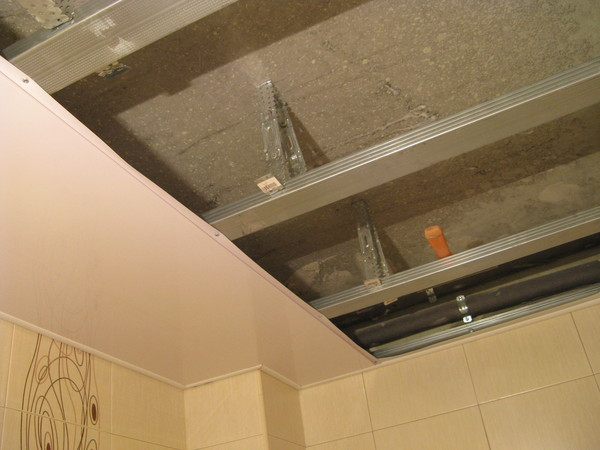 Отделка ванной комнаты пвх панелями (44 фото): монтаж, установка панелей, ремонт