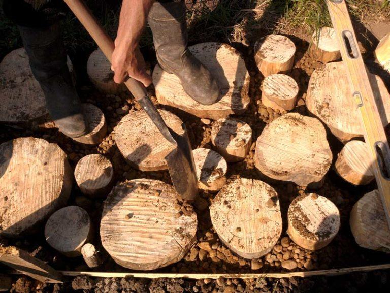 Как сделать дорожки из спилов дерева своими руками 70