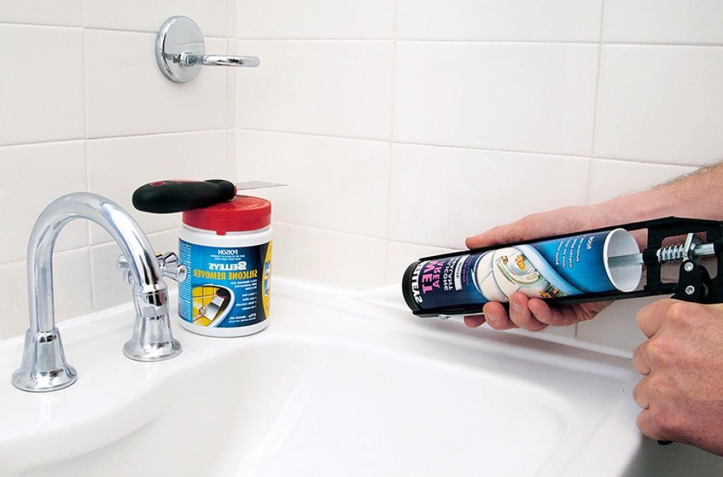 Как устранить протечку между стеной и ванной своими руками 36