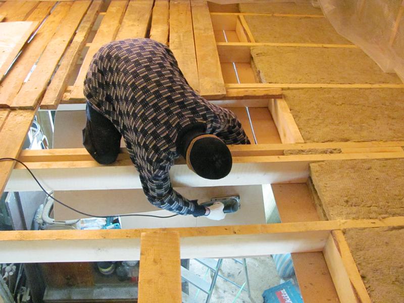 Замена потолка в деревянном доме